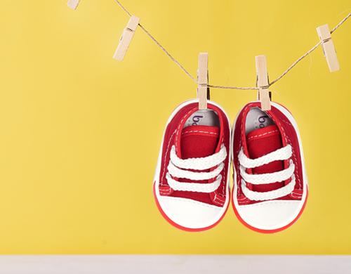 Cómo lavar y desinfectar el calzado de los niños